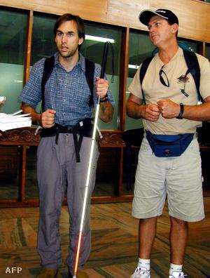 2001. március 25-én Katmandúban készített felvétel, amelyen Erik Weihenmayer vak amerikai hegymászó (b) bátyja, Mark Weihenmayer társaságában újságírók kérdéseire válaszol, miután megérkezett a nepáli fővárosba
