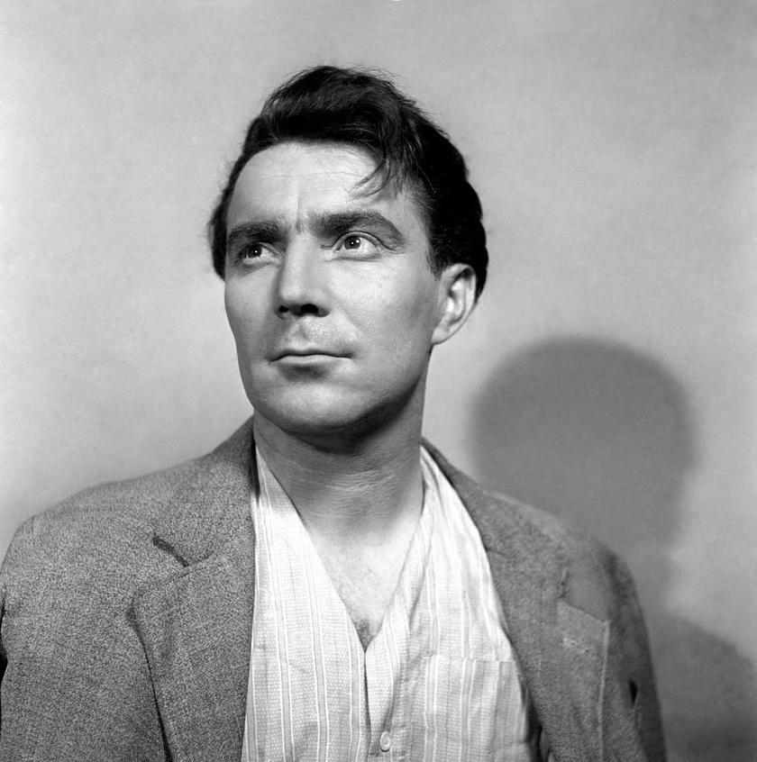 1954-ben, 33 évesen a Madách Színházban, az Egy magyar nyár című színdarabban. Ugyanebben az évben mutatták be a 2x2 néha 5 című vígjátékot Zenthével és Ferrari Violettával a főszerepben.