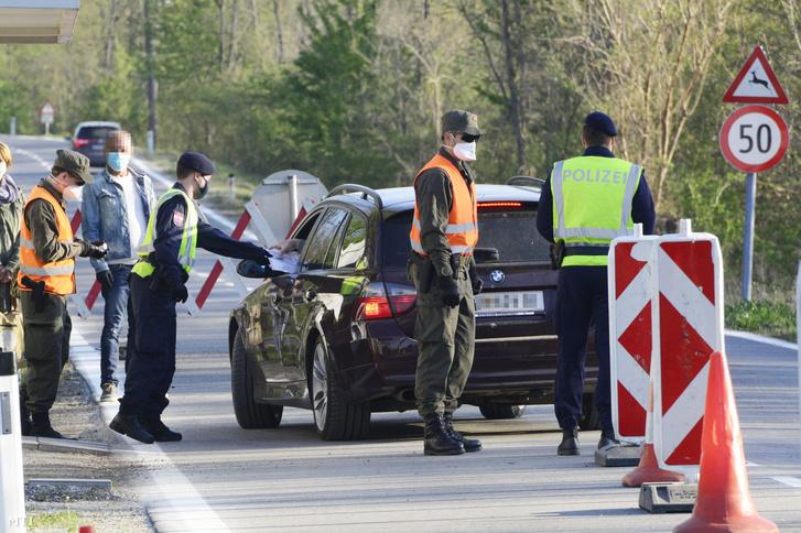 Osztrák rendőr ellenőriz egy autóst a magyar-osztrák határon a Fertőrákos és a burgenlandi Szentmargitbánya közötti átkelőhelyen 2020. április 22-én