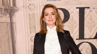 Anne Hathawaynél eddig senki nem csinálta jobban a párnás Insta-kihívást