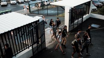 A franciák május 11-én fokozatosan kinyitnák az iskolákat, a tanárok május 30-ig sztrájkolnak