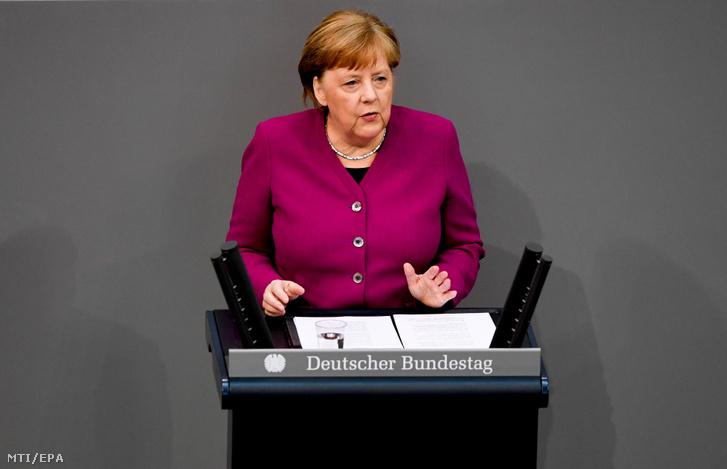 Angela Merkel német kancellár a koronavírus-helyzettel kapcsolatos fejleményekről beszél a német parlamenti alsóház a Bundestag üléstermében Berlinben 2020. április 23-án.
