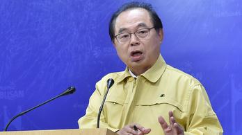 Zaklatással vádolják a dél-koreai Puszan polgármesterét, aki könnyezve mondott le