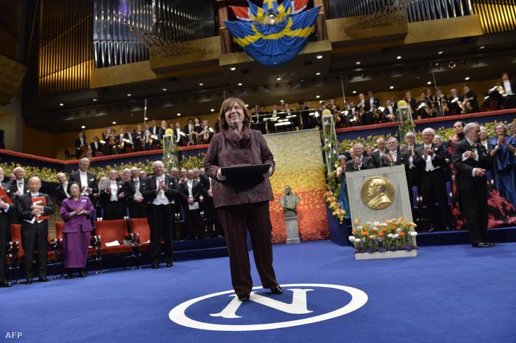 Szvetlana Alekszijevics 2015-ben Stockholmban veszi át a Nobel-díjat