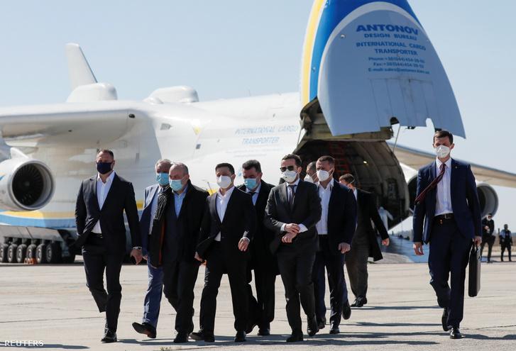 Az ukrán kormány legfelsőbb vezetése a gép fogadásán