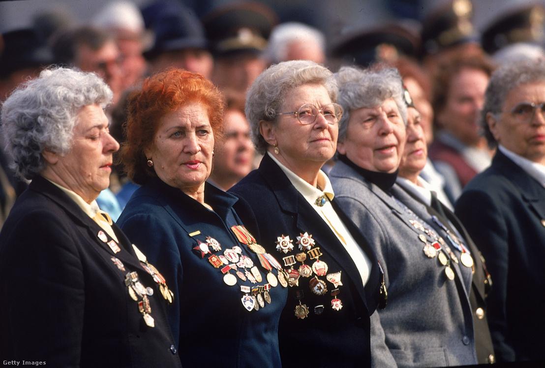 Veterán orosz katonanők a második világháború befejezésének 50. évfordulójának emléknapján rendezett ünnepségen Moszkvában, a Vörös téren 1995. május 9-én
