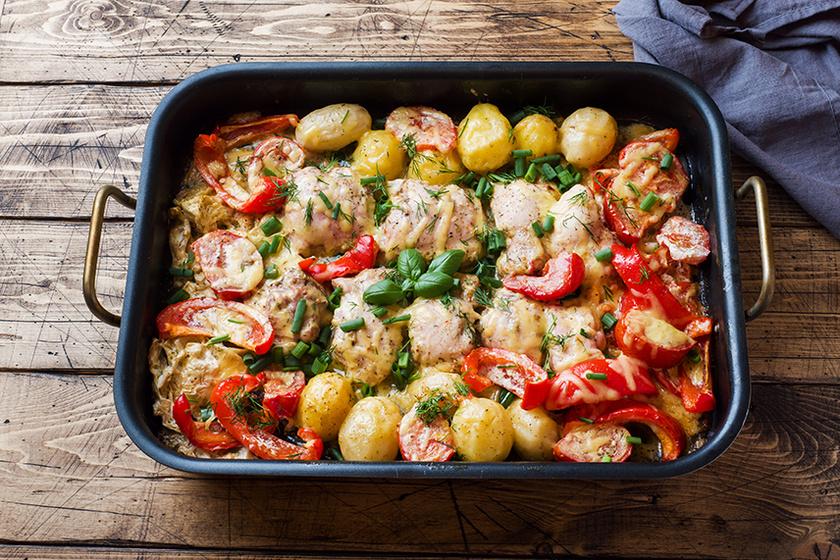 Megúszós vacsora: tepsiben sült csirke vele készült zöldségekkel