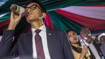 Madagaszkáron a koronavírust elvileg gyógyító gyógyteáért állnak sorba az emberek