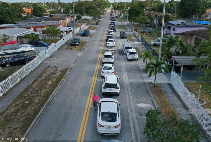 A floridai Hialeah lakosai autóikban várakoznak arra, hogy leadhassák munkanélküli kérelmüket 2020. április 8-án. A járvány miatt a városban tömegesen vesztették el munkájukat az embereket, a munkaügyi hivatal weblapja elérhetetlenné vált a túlterhelés miatt, ezért a nyomtatványokat kiosztották az igénylőknek, amit az autóikban töltöttek ki, majd a városi könyvtár épülete előtt felállított gyűjtőponton leadtak.
