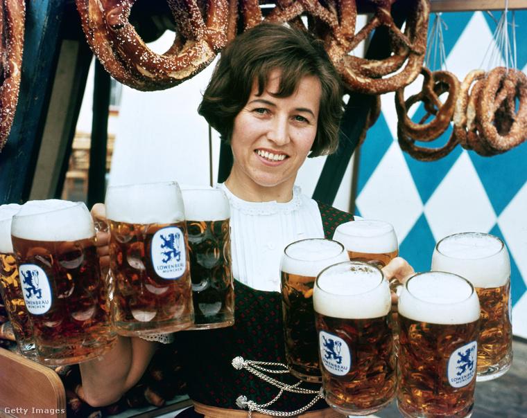 """Minden évben új """"hivatalos"""" korsója lesz az Oktoberfestnek, amit a fotósok szívesen meg is örökítenek"""