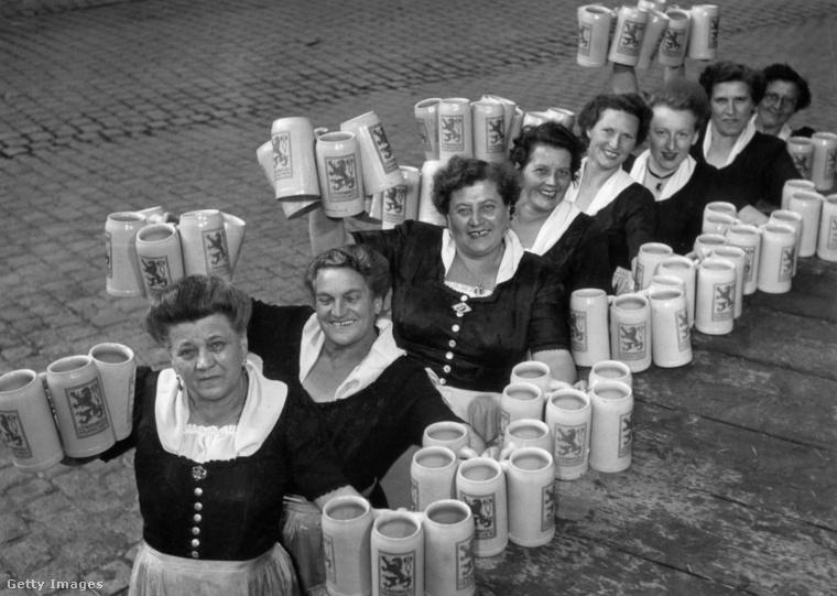 A fesztivál legfontosabb és legelengedhetetlenebb részvevői (természetesen csak a sörök után) a bajor menyecskék, akiket könnyű felismerni dirndli nevű népviseletükről, mely fűzőből, blúzból, terebélyes szoknyából és köténykéből áll