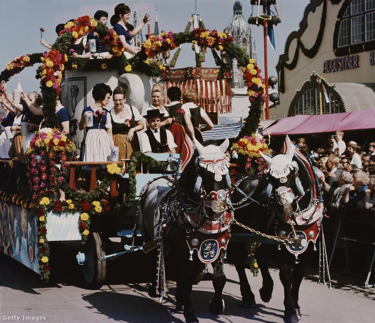 Ezen a feldíszített lovas fogaton felfoghatatlan mennyiségű sört szállítottak, a '60-as években, amikor ez a kép készült