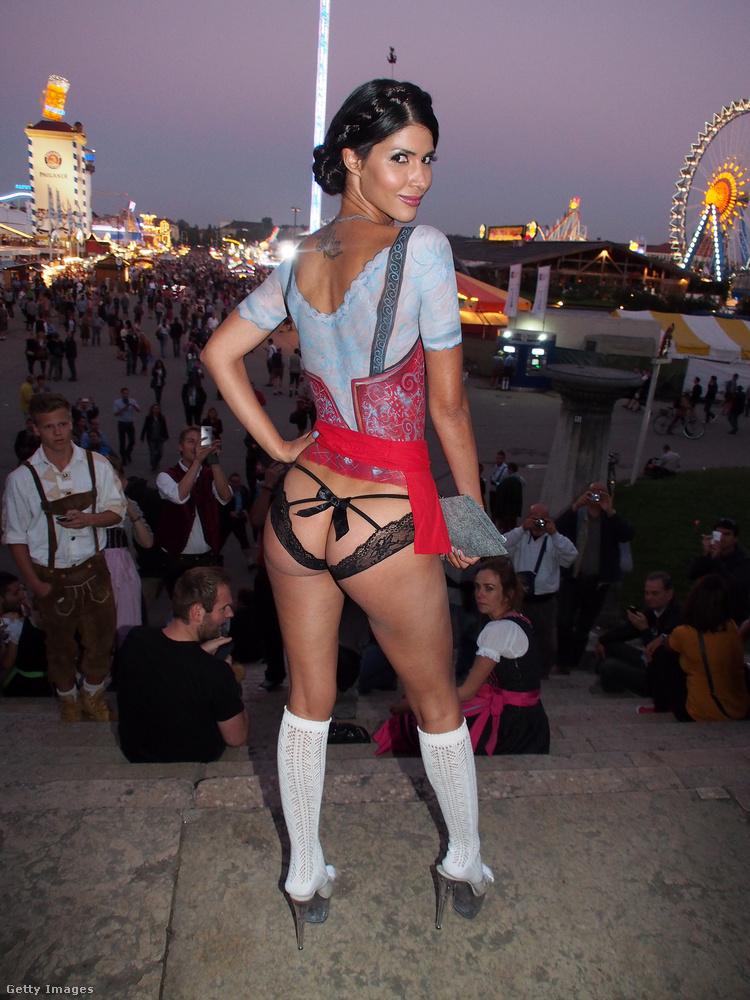 Ez a kevésbé szemérmes német modell, Micaela Schaefer  akár a reklámarca is lehetne az Oktoberfestnek, szerintünk sokak kedvét meghozná, hogy itt koccintsanak