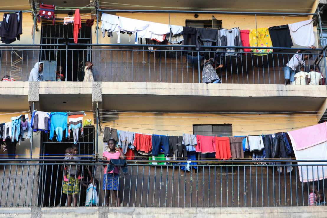 Gyerekek játszanak lakásuk erkélyén Nairobiban 2020. március 31-én a koronavírus-járvány miatt bevezetett kijárási tilalom ötödik napján
