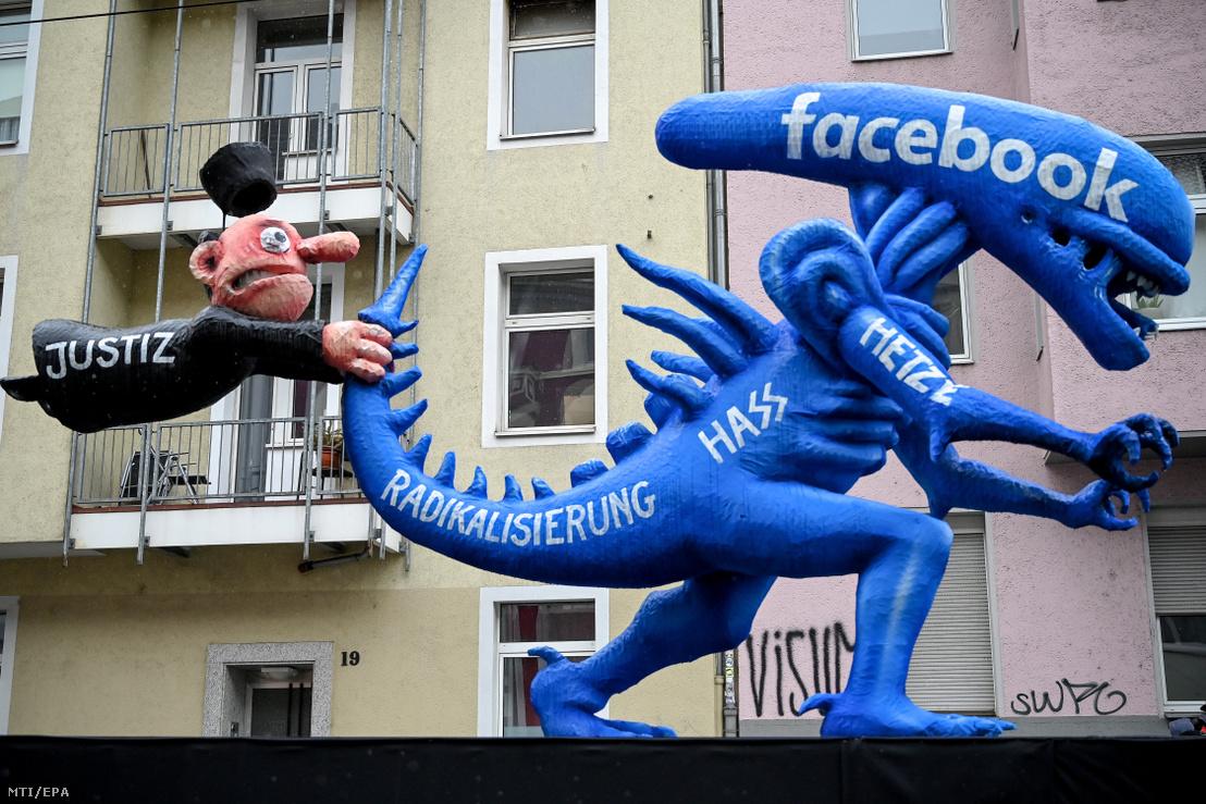 A Facebookon közzétett gyűlöletbeszéd elleni harcot ábrázoló gúnyfigurák a düsseldorfi karneváli felvonulás előtt 2020. február 24-én