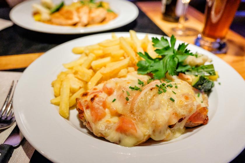 Sajtos pármai csirkemell tepsiben sütve: az egyik legfinomabb rakott húsos étel