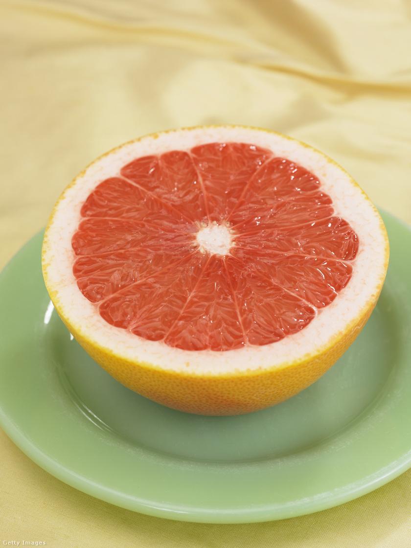 Egy fél grapefruitban mindössze 39 kalória és 11 gramm szénhidrát van. Cukortartalma alacsony, ezért egész nap fogyasztható, éhgyomorra azonban nem ajánlott savassága miatt.