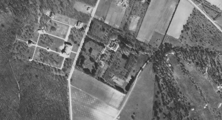 Légi felvétel 1944-ből: látszik a villa hatalmas, parkként kialakított telke, és az Úttörővasút megépítése előtti szellős, még mindig alapvetően mezőgazdasági területhasználat a környéken.