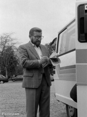 Győrffy Miklós, a Magyar Televízió külső munkatársa. A felvétel 1990. május 1-i majális alkalmával készült