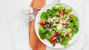 Ebben van a fejes saláta és a friss retek helye: tavaszi saláta olaszosan, szardellás öntettel