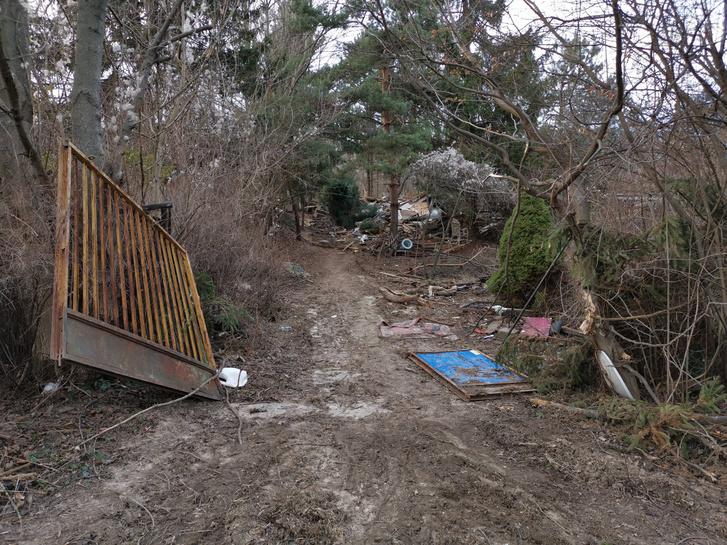 A kiskertek a hosszú pereskedés végére kiürültek, romba dőltek.