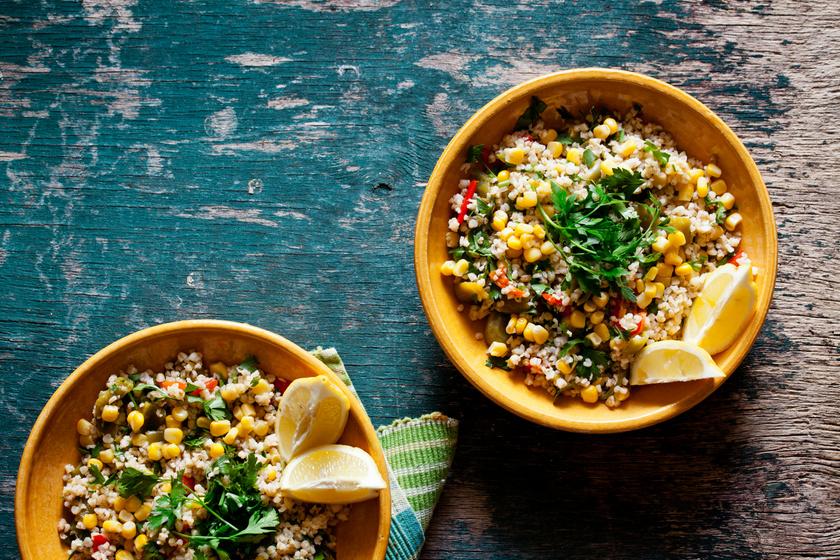 A bulgur semleges íze miatt remekül passzol különböző húsokhoz, zöldségekhez, de gyümölcsökhöz is. A zöldséges változatára ide kattintva találsz receptet. Turbózd fel kukoricával és egy csokor friss petrezselyemmel.