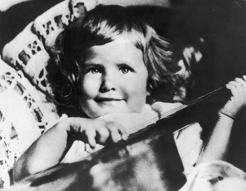 Ingrid Bergman Svédországban, Stockholmban született 1915. augusztus 29-én. Német származású anyját két éves korában elvesztette, majd 13 évesen édesapja is meghalt, ezután a rokonoknál nevelkedett. A stockholmi Királyi Drámai Színház tanulója volt, és 1939-es első amerikai filmjéig számos svéd filmben szerepelt. Első férjével, Petter Aron Lindströmmel 1937-ben házasodott össze, egyetlen gyermekük, Pia 1938-ban született meg.