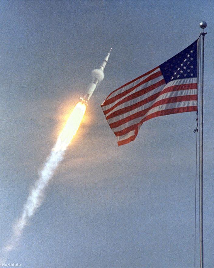 A Saturn V rakéta a levegőbe emelkedik.