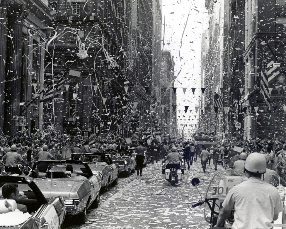 Konfettizáporral üdvözlik az Apollo-11 asztronautáit.