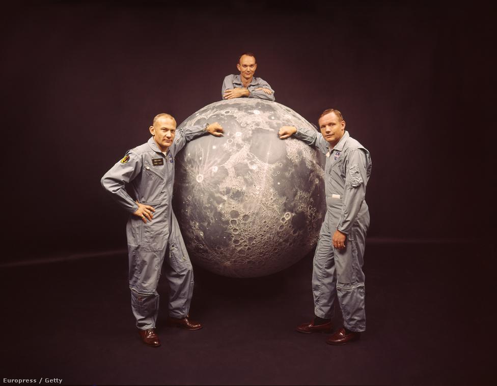 Az Apollo-11 legénysége és a Hold modellje. Buzz Aldrin, Michael Collins és Neil Armstrong.