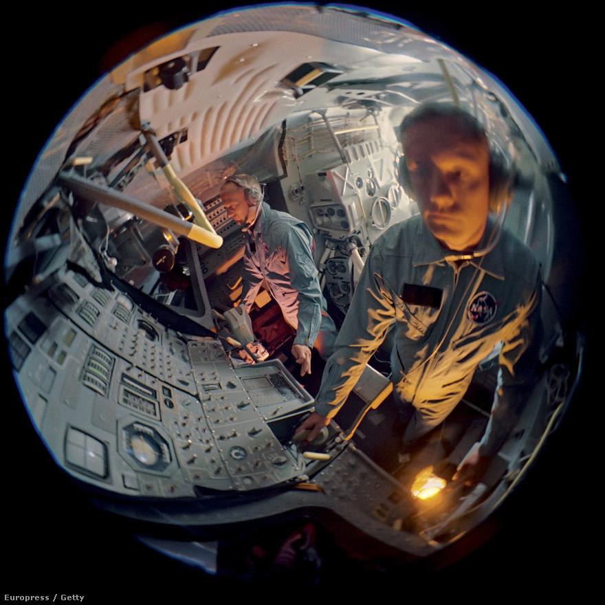 Halszemoptikával készült felvétel Buzz Aldrinről és Neil Armstrongról. Az űrhajósok egy mesterséges holdkompban gyakoroltak az Apollo-11 projekt előtt.