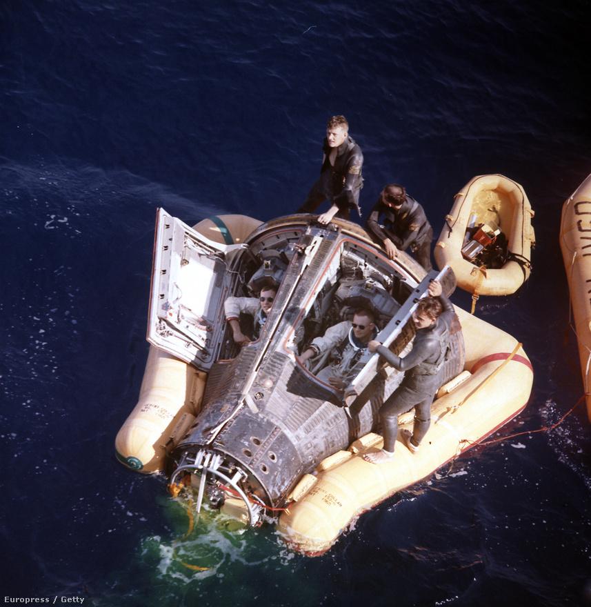 A Gemini 8 kényszerleszállása után Armstrong (balra) és David Scott a mentőosztagra várnak.