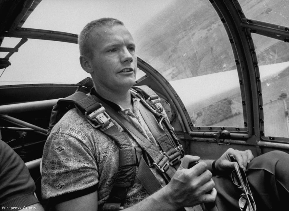 Neil Armstrong híres űrutazása előtt tesztpilótaként és repülőmérnökként is dolgozott, még korábban pedig szolgált a koreai háborúban is. A repülés iránt szenvedélyesen érdeklődő fiú a gimnáziumi tanulmányai alatt szerezte meg első pilótaigazolványát, még azt megelőzően, hogy autót vezetett volna.
