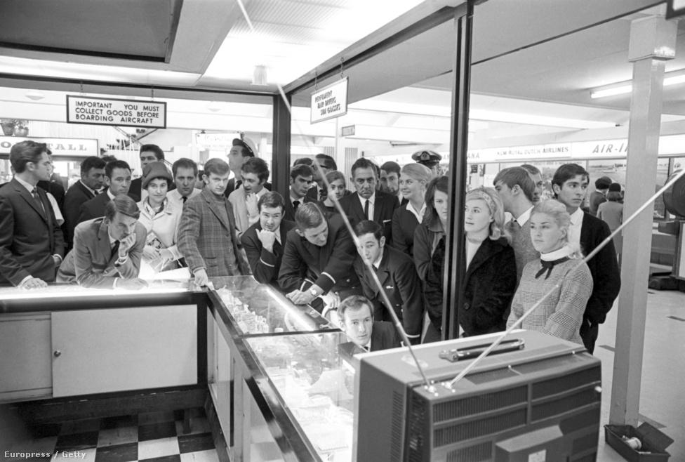 """A Sydney-i Mascot repülőtéren a tömeg élőben nézi a tévéközvetítést a Holdra szállásról. A két asztronauta a Holdról beszélt Nixon elnökkel is, aki """"a Fehér Ház legtörténelmibb telefonhívásának"""" nevezte a beszélgetést."""