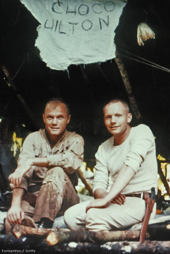 John Glenn (balra) és Neil Armstrong túlélő tréningen vesznek részt a panamai esőerdőben, 1960 körül. A Choco Hilton felirat az űrhajósok kiképzőtáborára utal, amely a choco indiánok területén volt.