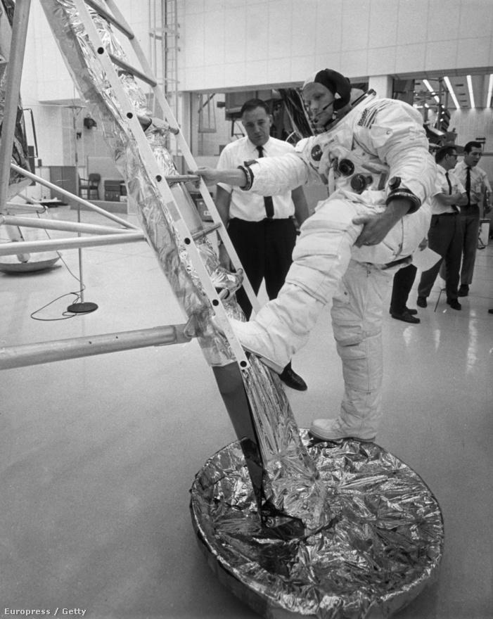 Armstrong a Holdra lépést gyakorolja a Kennedy Űrközpontban.