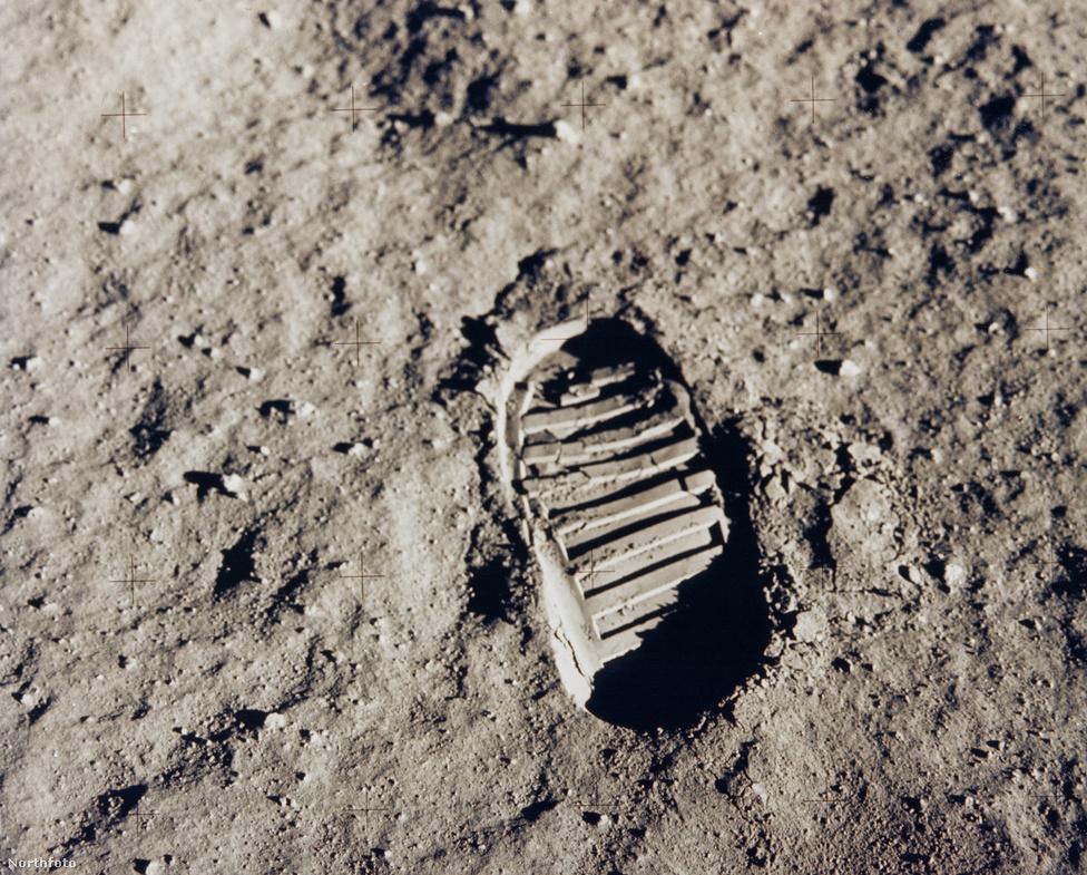 """Armstrongé volt az első emberi lábnyom a Holdon. Armstrongnak a Holdra lépés után elhangzott szavait (""""one small step for a man, one giant leap for mankind"""") gyakran idézik úgy, hogy """"ez kis lépés az embernek, nagy ugrás az emberiségnek"""". Az egykori űrhajós azonban mindig is ragaszkodott ahhoz, hogy az """"ez"""" szócska nem szerepelt kijelentésében, viszont mondott névelőt az angol mondatban, vagyis """"egy"""" embert, és nem """"az"""" embert mondott."""