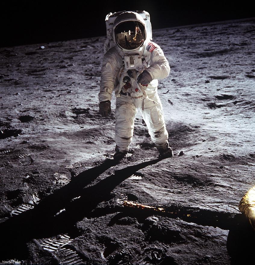 Armstrong fényképet készít Buzz Aldrinről. A sisakrostélyon látható a visszatükröződő képmása is.