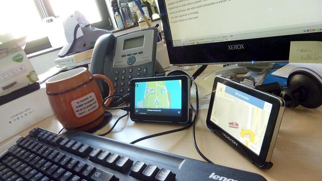 Íme: a két navi az ablaktól három méterre is fogott GPS-jelet