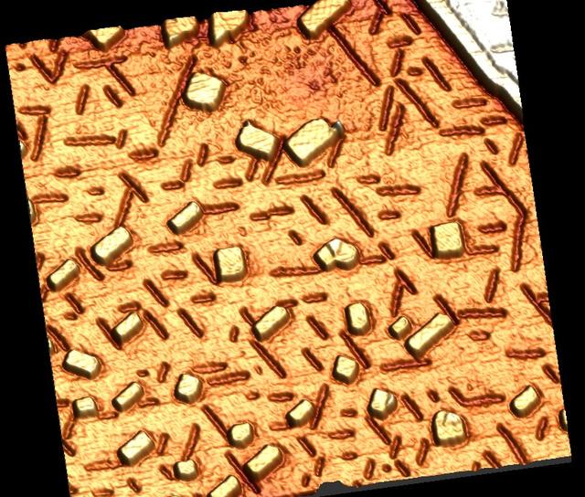 Egy réz egykristály felülete, amely nanoskálájú domborzatú, párnák és árkok vannak rajta: erre a felületre növesztik rá a grafént