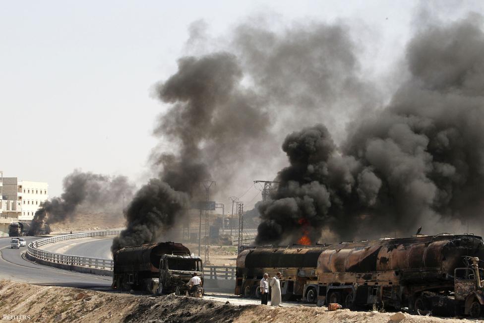 Sűrű füst száll fel, vadászgépek olajtankereket támadtak az utakon. Barack Obama amerikai elnök jelezte, hogy az Egyesült Államoknak közbe kellene lépnie Szíriában, amennyiben a rezsim bevetné, vagy átszállítaná a vegyi fegyvereket. Aszad legfontosabb támogatója, Oroszország azonban jelezte, garanciákat kapott a szíriai kormánytól, hogy ez nem történik meg.