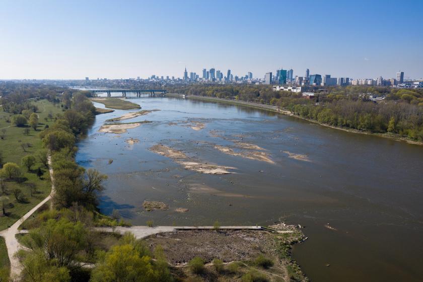 A Visztula alacsony vízszintje Varsóban 2020. április 20-án.