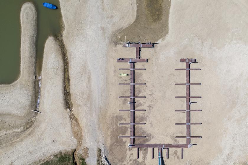 A kiszáradt Sihl-tó csaknem teljesen üres csónakkikötője 2020. április 23-án.