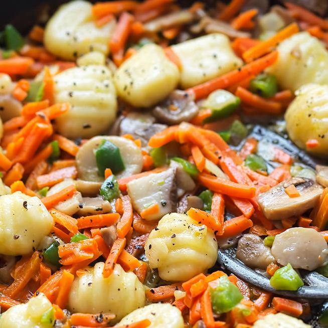 30 perces vacsora hús nélkül: serpenyőben pirult gnocchi sok zöldséggel