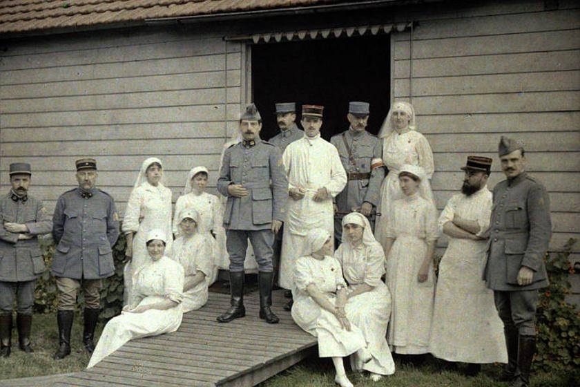 1917-ben készült a fotó Franciaországban, a 66-os számú kórháznál: katonák, orvosok és nővérek sorakoztak fel egy csoportkép erejéig. A képről nem mondanánk meg, hogy háborúban készült.