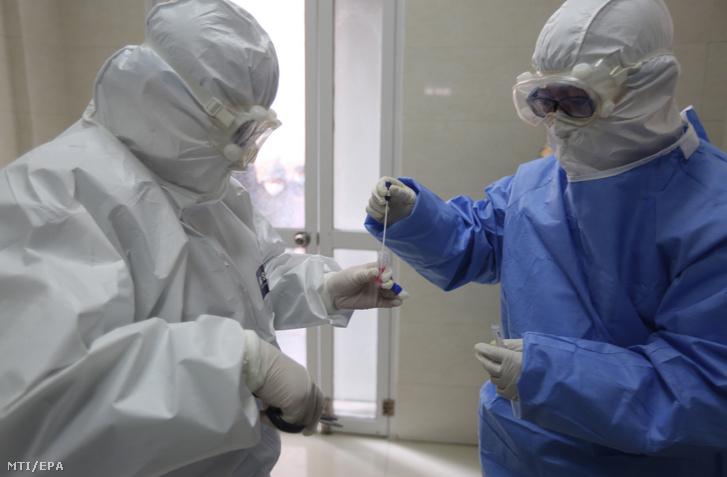 Laborvizsgálat a kínai Santung tartományban fekvő Jinan megye egyik kórházában