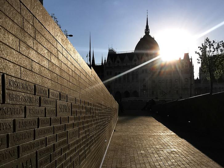 A rámpáról nézve az Országház távolabbinak tűnik, mint valójában, álperspektíva jön létre