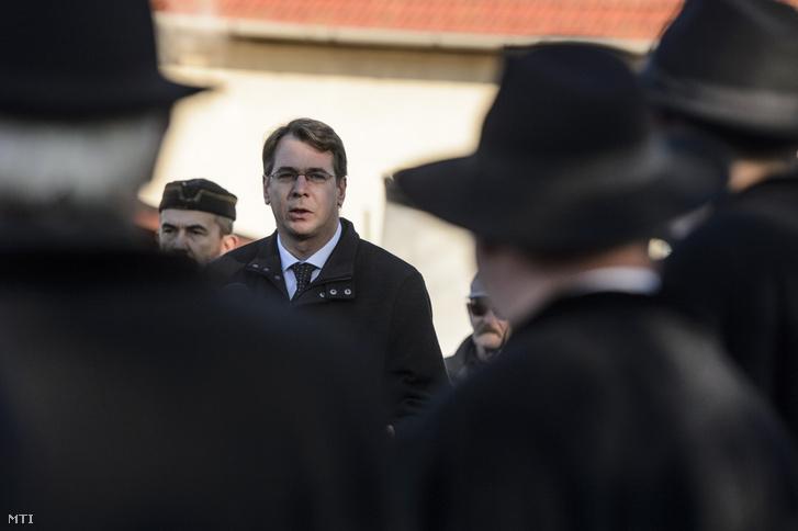 Mirkóczki Ádám polgármester beszédet mond az egri Tetemvár városrészen eltemetett magyarok és törökök emlékhelyének avatásán 2019. december 11-én.