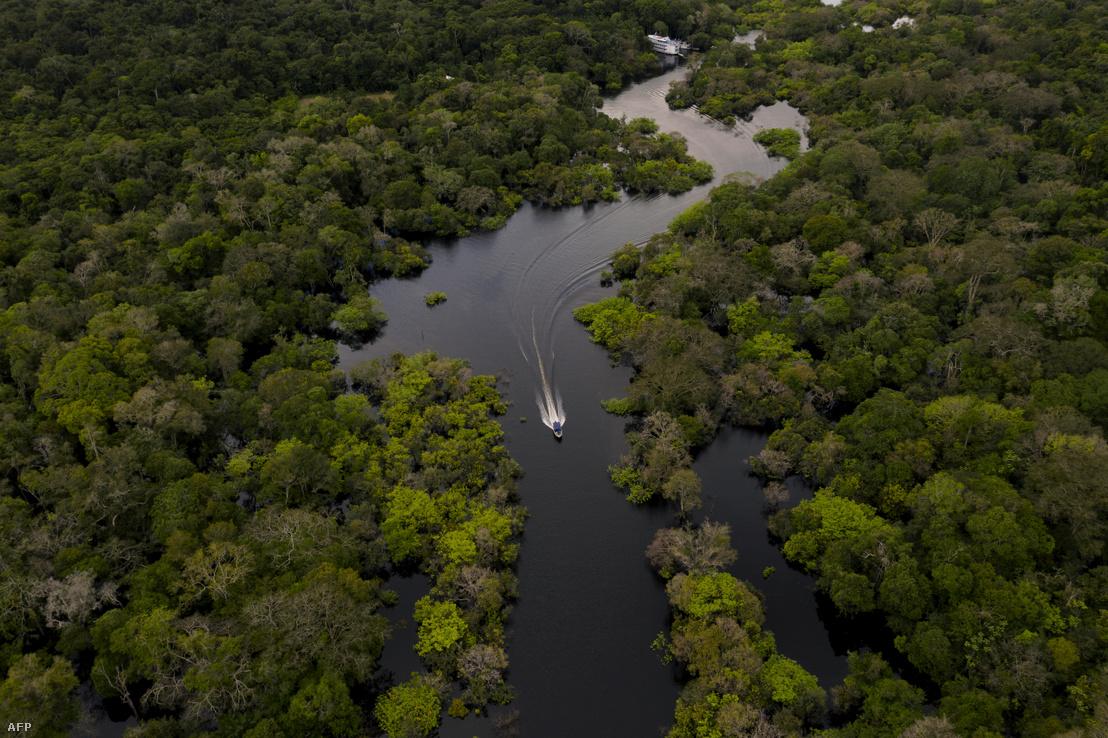 Egy hajó megy a Jurura folyón az Amazonas erdő szívében 2020. március 15-én