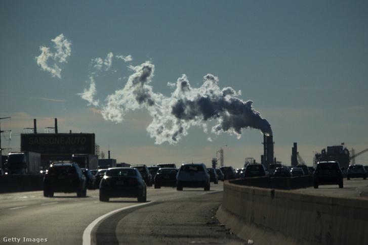 Szén-dioxid kibocsájtók, autók és a háttérben egy gyár füstölő kéménye New Jerseyben